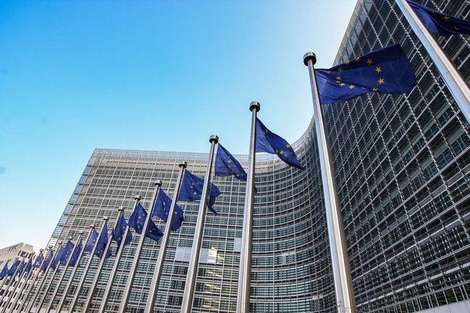 Το κτίριο της Κομισιόν στις Βρυξέλλες με σημαίες της ΕΕ