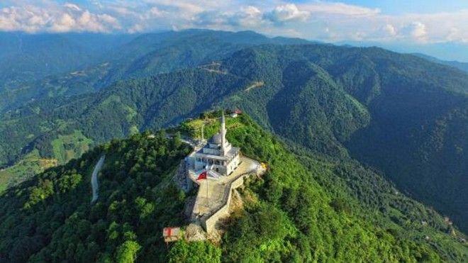 To τζαμί που ανέλαβε ο Ερντογάν, είναι στην κορυφή του βουνού Kibla που είναι δίπλα στην πόλη που μεγάλωσε, σε υψόμετρο 1130 μέτρων.