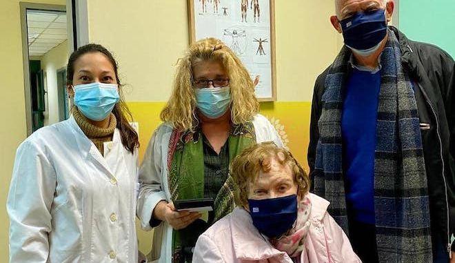 Εμβολιάστηκε η Μαργαρίτα Παπανδρέου -Τη συνόδευσε ο Γιώργος Παπανδρέου