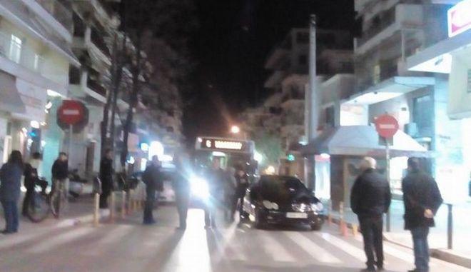 Θεσσαλονίκη: Πολίτες σήκωσαν Mercedes για να περάσει λεωφορείο