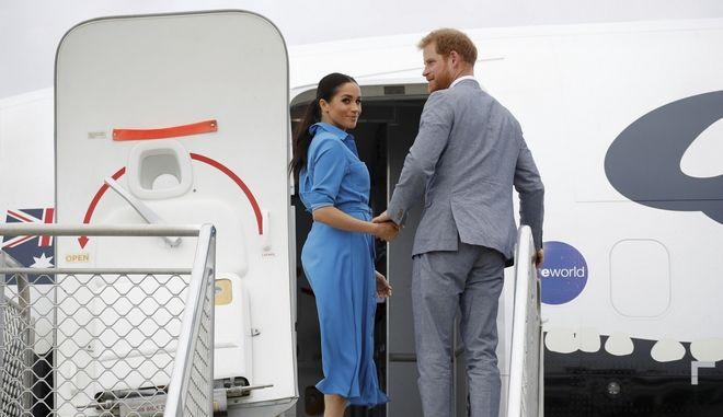 O πρίγκιπας Χάρι και η Μέγκαν Μαρκλ επιβιβάζονται σε αεροσκάφος στο Διεθνές Αεροδρόμιο Fua'amotu