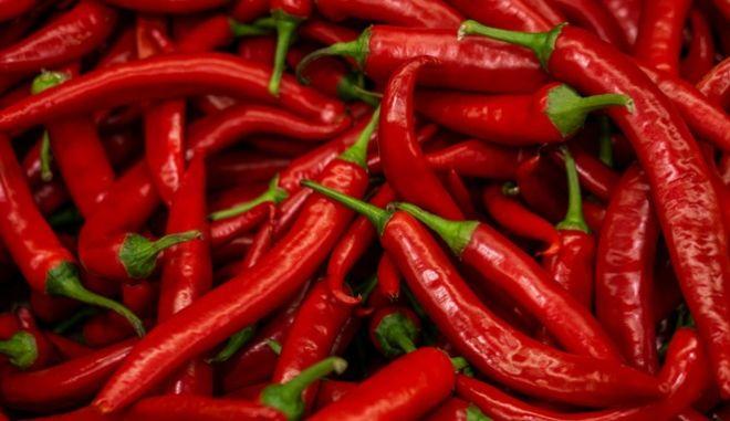 Οι κόκκινες καυτές πιπεριές δεν είναι για όλους, καθώς δεν αντέχουν όλοι τα καυτερά τρόφιμα. Ωστόσο, όσοι μπορούν να καταναλώσουν καψαϊκίνη 'τακτοποιούν' περισσότερα από ένα θέματα του οργανισμού τους.
