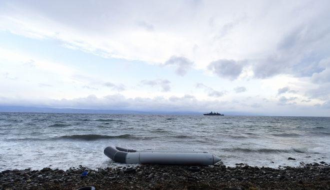 Βάρκα μεταναστών σε ελληνική ακτή (φωτογραφία αρχείου)
