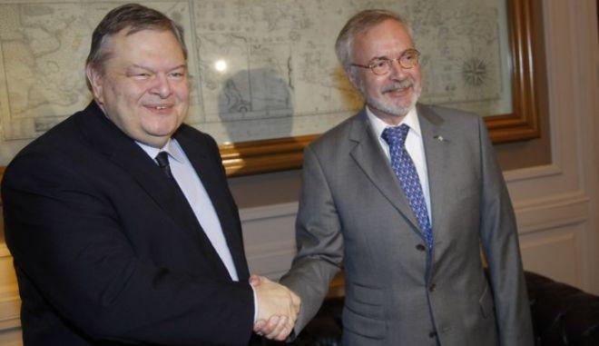 Συνάντηση του  Αντιπροέδρεου της  Κυβέρνησης και ΥΠΕΞ Ευ. Βενιζέλου με τον Πρόεδρο και Αντιπρόεδρεο της Ευρωπαϊκής Τράπεζας Επενδύσεων . Werner Hoyer και Mihai Tanasescu---EUROKINISSI//ΧΡΗΣΤΟΣ ΜΠΟΝΗΣ