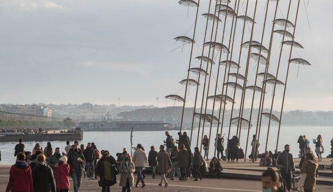 Κόσμος περπατά στη Νέα Παραλία της Θεσσαλονίκης