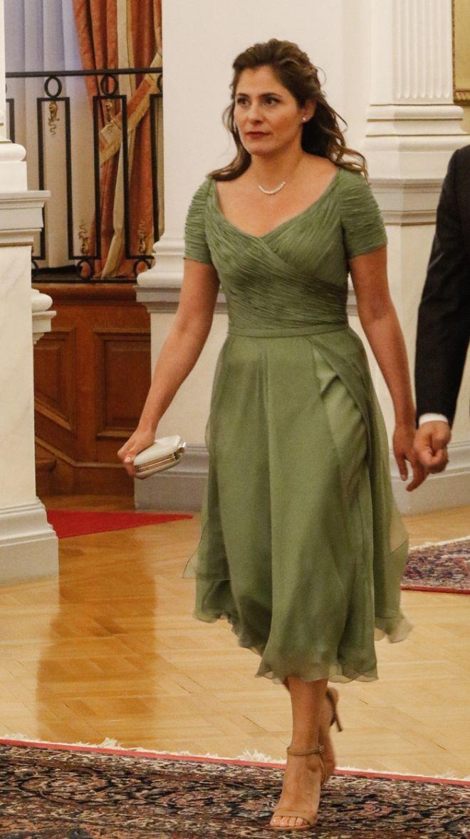 Με πράσινο, λαδί αέρινο και ανοιξιάτικο φόρεμα στο επίσημο γεύμα προς τιμήν του πριγκιπικού ζεύγους του Ηνωμένου Βασιλείου, Πρίγκιπα της Ουαλίας Καρόλου και Δούκισσας της Κορνουάλης Καμίλας, η σύζυγος του πρωθυπουργού Μπέτυ Μπαζιάνα