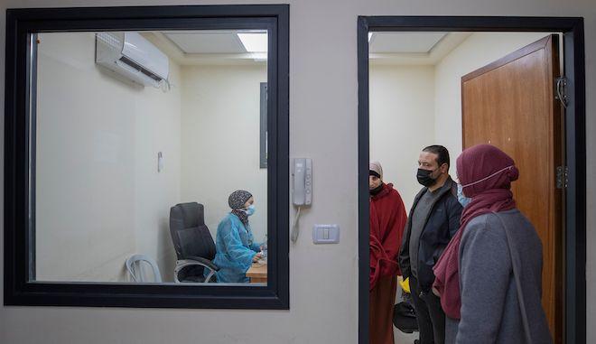 Παλαιστίνιοι καταγράφονται για να κάνουν τεστ COVID-19, στην πόλη Ραμάλα της Δυτικής Όχθης