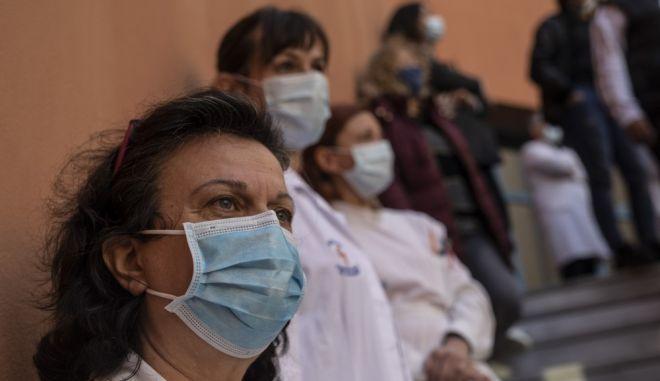 Η χρήση μάσκας γίνεται υποχρεωτική στους κλειστούς χώρους