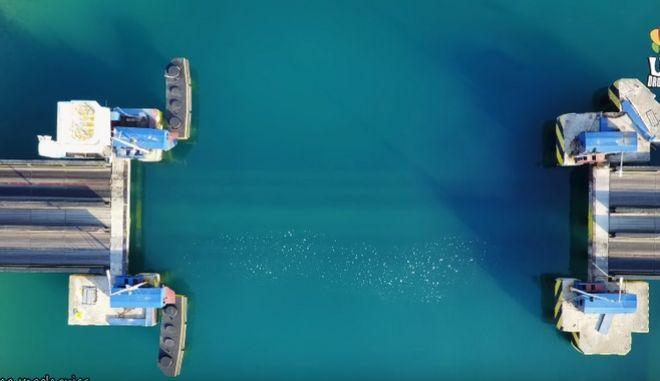 Η γέφυρα χάνεται στα γαλαζοπράσινα νερά του Ισθμού της Κορίνθου