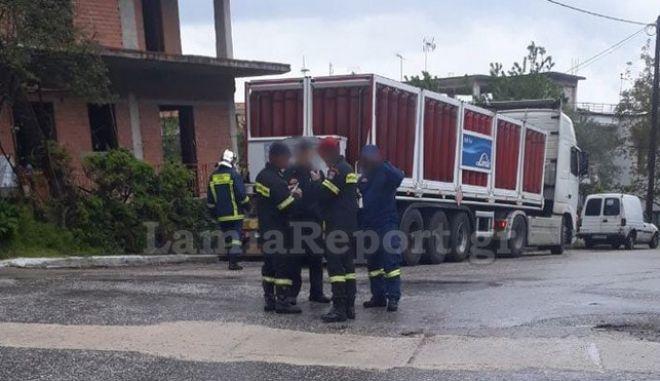 Σύγκρουση φορτηγών στα Καμένα Βούρλα - Το ένα μετέφερε φιάλες υγραερίου