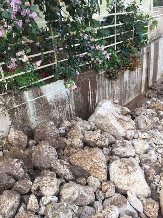 Τόνοι από πέτρες κύλησαν μαζί με τεράστιες ποσότητες νερού πάνω σε σπίτια