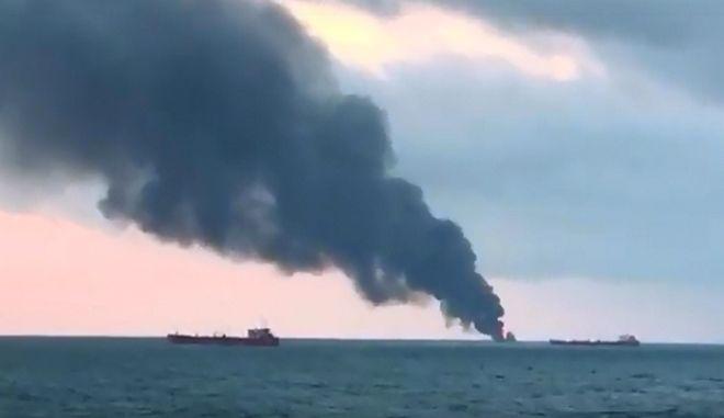 Φωτιά σε πλοία στον πορθμό του Κερτς