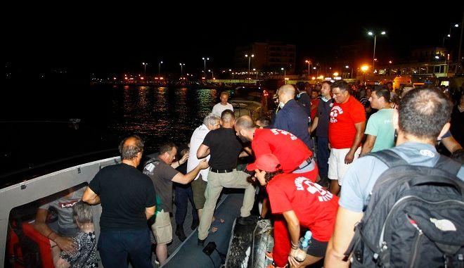 Διάσωση παγιδευμένων στο Λιμάνι της Ραφήνας