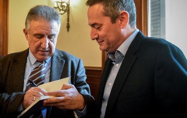 Ο πρόεδρος της 24 Μedia Δημήτρης Μάρης με τον συγγραφέα Γιώργο Λακόπουλο