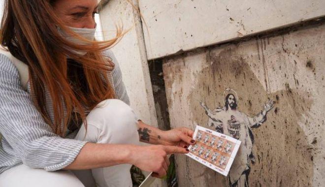 Street art καλλιτέχνις μήνυσε το Βατικανό για αναπαραγωγή του έργου της σε γραμματόσημο