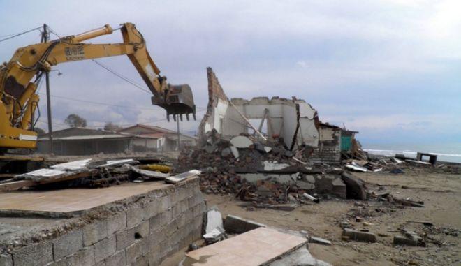 Την Δευτέρα, 20 Φεβρουαρίου 2012, η Ειδική Υπηρεσία Επιθεώρησης και Κατεδάφισης Αυθαιρέτων (Ε.Υ.Ε.Κ.Ε.) του Υπουργείου Περιβάλλοντος Ενέργειας και Κλιματικής Αλλαγής, προέβη στον πρώτο κύκλο κατεδαφίσεων αυθαίρετων κτισμάτων, που έχει προγραμματίσει για διάφορες περιοχές της χώρας. (EUROKINISSI // ΥΠΕΚΑ)