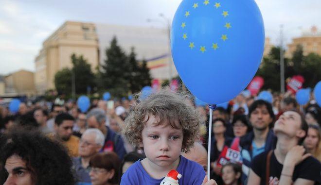 Φωτό αρχείου / Ρουμανία: Παιδί κρατά ένα μπαλόνι με ζωγραφισμένο το σήμα της ΕΕ.