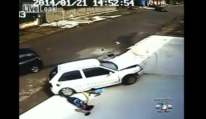 Βίντεο - σοκ: Πέρασε από πάνω τους αυτοκίνητο και επέζησαν