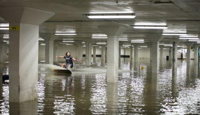Βίντεο: Wakeboard σε υπόγειο πλημμυρισμένο πάρκινγκ