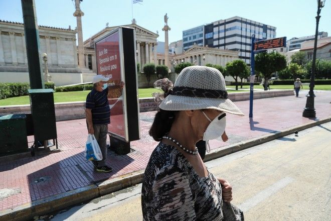 Γυναίκα με μάσκα στην οδό Πανεπιστημίου.