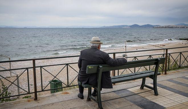 Κόσμος σε παραλία του Πλααιού Φαλήρου