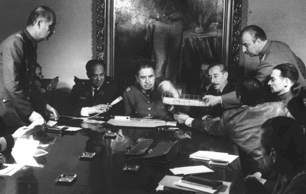 Ο δικτάτορας Αουγούστο Πινοσέτ, μαζί με τους στενούς συνεργάτες του, λίγες μέρες μετά το πραξικόπημα στη Χιλή (20/9/1973).