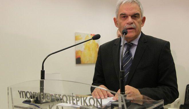 Εγκαίνια του Γραφείου Εξυπηρέτησης Επισκεπτών που δημιούργησε η Ελληνική Αστυνομία στο κέντρο της Αθήνας (Δραγατσανίου 4, Πλατεία Κλαυθμώνος), για τη διευκόλυνση των τουριστών που επισκέπτονται την Αθήνα, την Πέμπτη 5 Νοεμβρίου 2015. Το Γραφείο στελεχώνεται από ξενόγλωσσο προσωπικό και θα αποτελέσει πιλότο για τη δημιουργία ανάλογων Γραφείων και σε άλλους δημοφιλείς τουριστικούς προορισμούς της χώρας που υποδέχονται μεγάλο όγκο τουριστών. Το ξενόγλωσσο προσωπικό του Γραφείου θα αναλαμβάνει να διευκολύνει τους ξένους (κυρίως) τουρίστες για θέματα που αφορούν την Ελληνική Αστυνομία αλλά και τυχόν συνεννοήσεις που θα απαιτούνται με τις pρεσβείες τους σε περιπτώσεις απώλειας ταξιδιωτικών εγγράφων. (EUROKINISSI/ΓΙΑΝΝΗΣ ΠΑΝΑΓΟΠΟΥΛΟΣ)