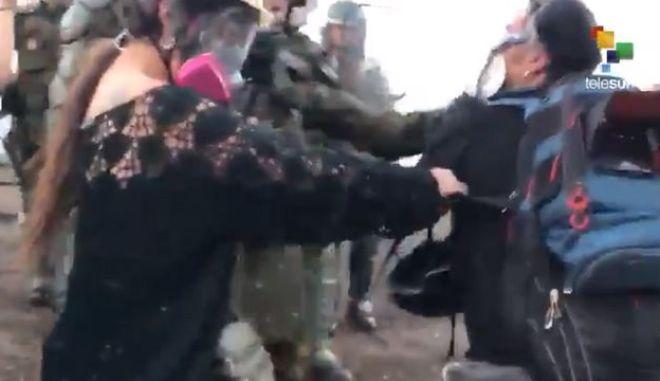 """Χιλή: Αστυνομικός """"ψεκάζει"""" καμεραμάν από απόσταση αναπνοής"""