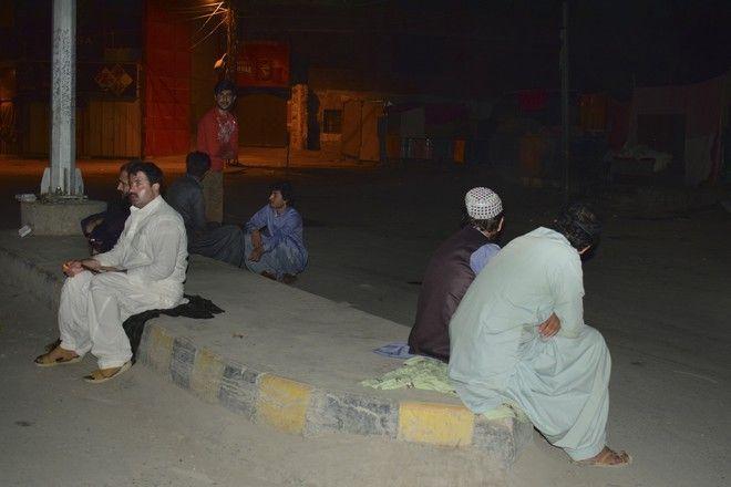 Κάτοικοι στο νότιο Πακιστάν μετά τον ισχυρό σεισμό