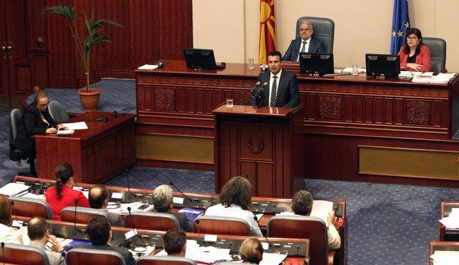 Ο Ζόραν Ζάεφ στο βήμα της Βουλής της πΓΔΜ