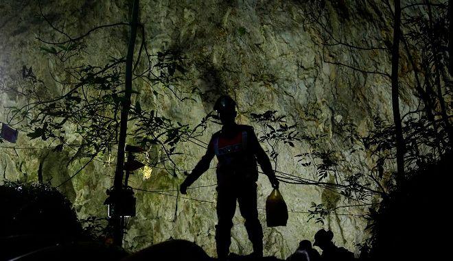 Ταϊλάνδη - Θρίλερ με τον εγκλωβισμό 12 μαθητών σε σπήλαιο βάθους 4 χλμ