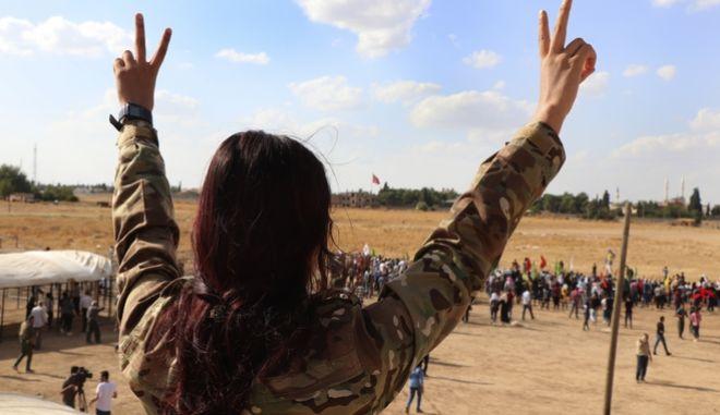 Γυναίκα μαχήτρια του Συριακού στρατού κάνει το σήμα της νίκης