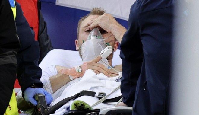 Ο Κρίστιαν Ερικσεν αμέσως μετά την κατάρρευσή του, κατά τη μεταφορά του στο νοσοκομείο