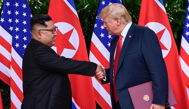 Χειραψία του Ντόναλντ Τραμπ με τον Κιμ Γιονγκ Ουν στην Σιγκαπούρη, στις 12 Ιουνίου 2018
