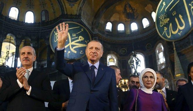 Ο Τούρκος πρόεδρος Ρετζέπ Ταγίπ Ερντογάν στην Αγιά Σοφιά μαζί με τη σύζυγό του, Εμινέ