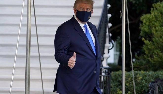 Ο Πρόεδρος Τραμπ με μάσκα