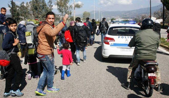 Πρόσφυγες περπατούν στην Εθνική Οδό έξω από την Λαμία με προρισμό τα σύνορα με την ΠΓΔΜ, την Πέμπτη 25 Φεβρουαρίου 2016. (EUROKINISSI)
