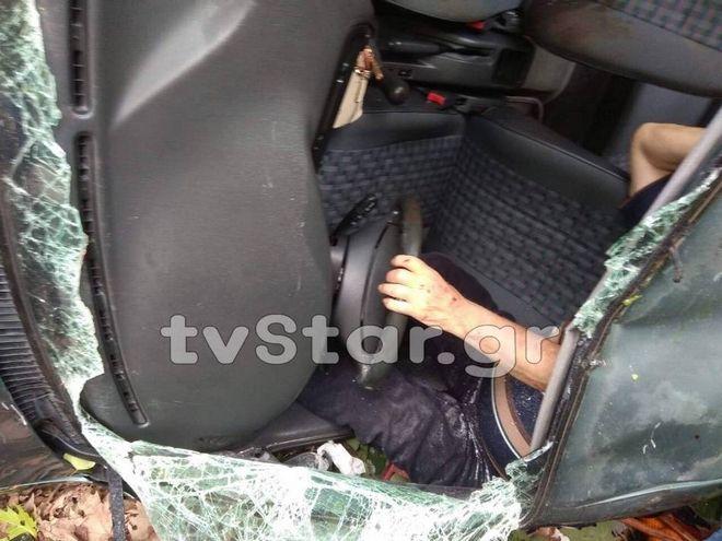Ευρυτανία: Εικόνες που κόβουν την ανάσα - Οδηγός περιμένει βοήθεια σε γκρεμό