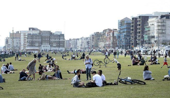 Άνθρωποι σε πάρκο του Λονδίνου