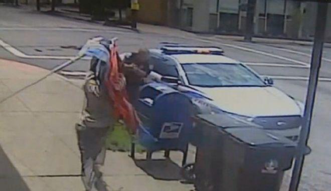 Βίντεο: Αστυνομικός πυροβολεί άνδρα που του επιτίθεται