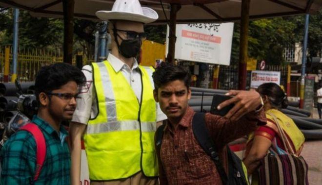 Ινδία: Ανδρείκελα με αστυνομική στολή υπεύθυνα για τον έλεγχο της κυκλοφορίας