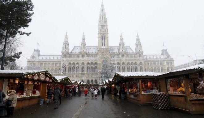 Η χριστουγεννιάτικη αγορά μπροστά από το δημαρχείο στη Βιέννη
