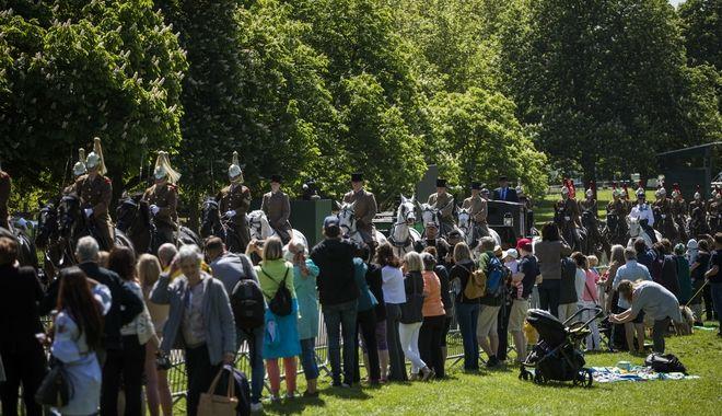 Βρετανοί πολίτες που έχουν μαζευτεί για να δουν τη διεξαγωγή της πρόβας