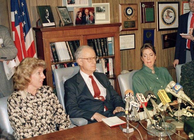 Αριστερά η Λίντα Φέρστειν, κατά τη διάρκεια συνέντευξης τύπου τον Μάρτιο του 1988 στη Νέα Υόρκη (AP Photo/Charles Wenzelberg, File)