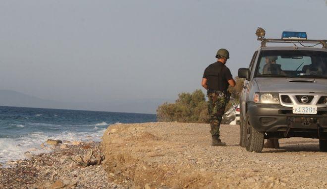 Τρεις ένοπλοι εισέβαλαν στο υποκατάστημα της Εθνικής στην παραλία Διστόμου. Φεύγοντας πήραν όμηρο τον ταμία της τράπεζας τον οποίο άφησαν ελεύθερο λίγη ώρα αργότερα και στη συνέχεια, εγκατέλειψαν κι έκαψαν το αυτοκίνητο διαφυγής στην παραλία Ποταμοί όπου απο εκεί διέφυγαν με φουσκωτό στην παραλία Κάτω Λουτρών στο Ξυλόκαστρο.  (φωτο), Παρασκευή 22 Αυγούστου 2014. (EUROKINISSI/ΒΑΣΙΛΗΣ ΠΑΠΑΔΟΠΟΥΛΟΣ)