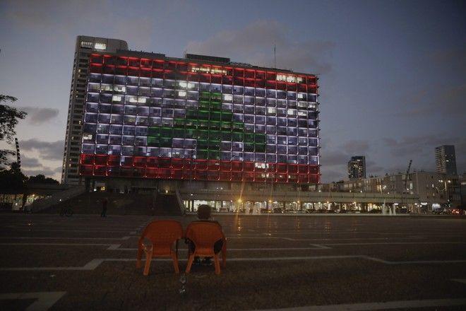 Το δημαρχείο του Τελ-Αβίβ φωτίστηκε απόψε με τα χρώματα της σημαίας του Λιβάνου