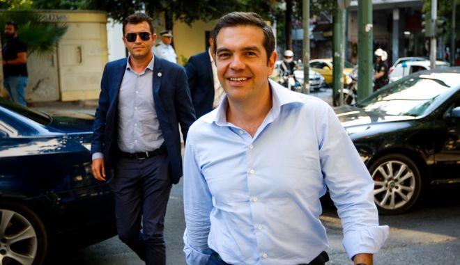 Ο Αλέξης Τσίπρας έξω από τα γραφεία του ΣΥΡΙΖΑ στην πλατεία Κουμουνδούρου