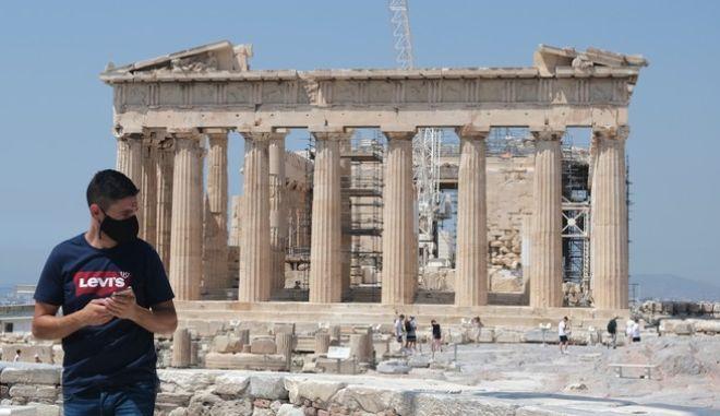 Τουρίστες στο βράχο της Ακρόπολης εν μέσω πανδημίας