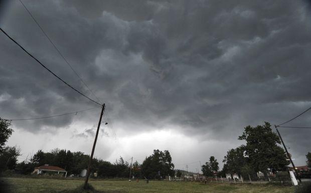 Μαύρα σύννεφα συγκεντρωμένα στον ουρανό