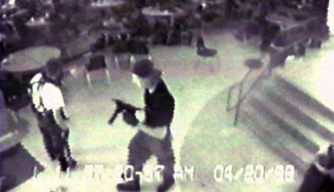 Καρέ από το μακελειό στο λύκειο Κόλουμπαϊν, τον Απρίλιο του 1999
